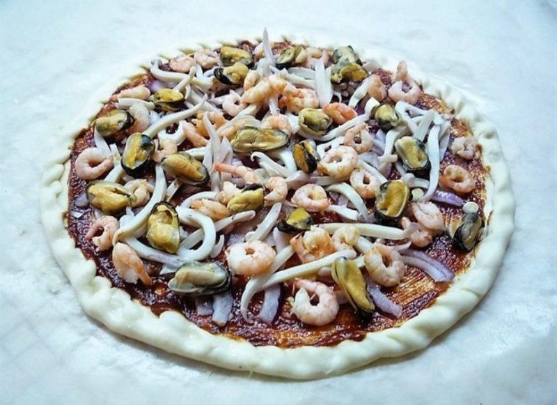 Выложить морепродукты на основу