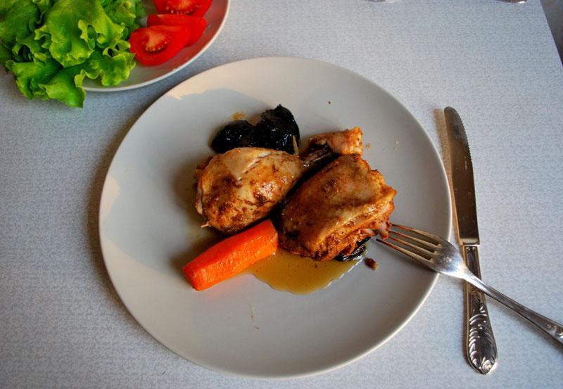 Курица в духовке с черносливом