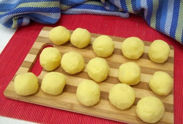 скатать шарики из картофеля