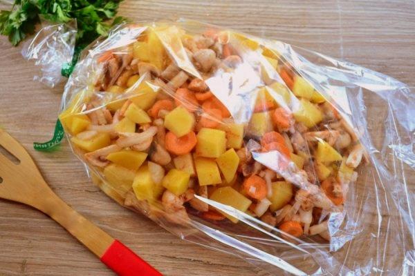 сложить овощи с грибами в рукав