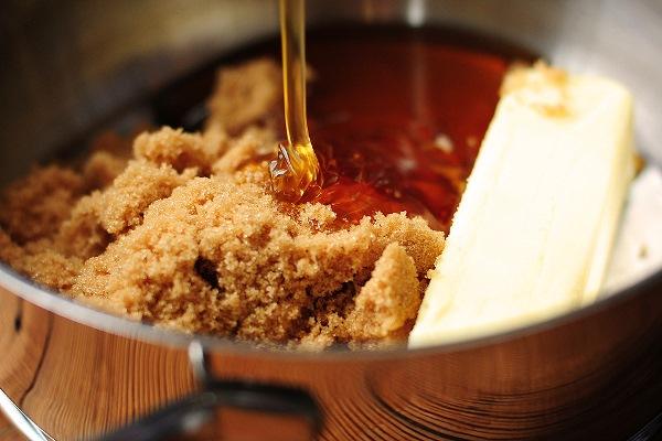 смешать сахар, мед и масло