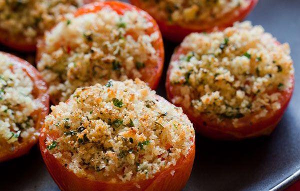 тушеные помидоры на тарелке