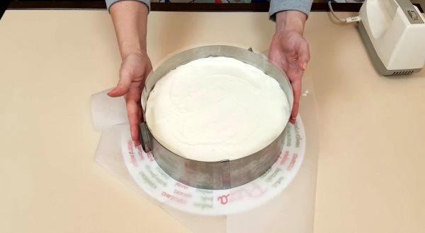выложить слой йогуртового крема