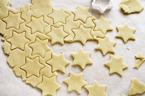 вырезать формочками печенье