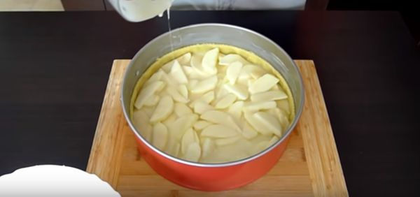 залить яблоки сметаной