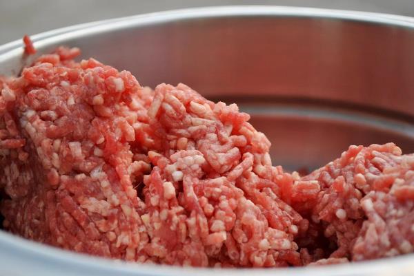 перекрутить свинину через мясорубку