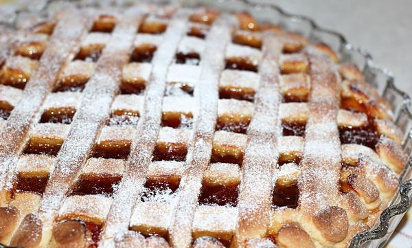 присыпать пирог сахарной пудрой