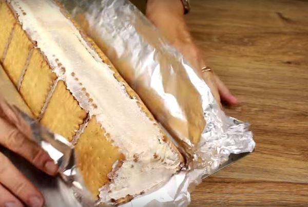 сложить печенья в форме домика