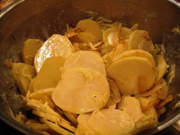 смешать картофель с луком