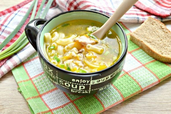 суп с макаронами в тарелке