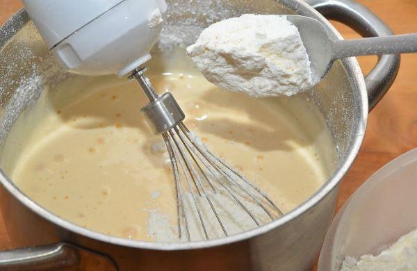 вымешать тесто для коржей