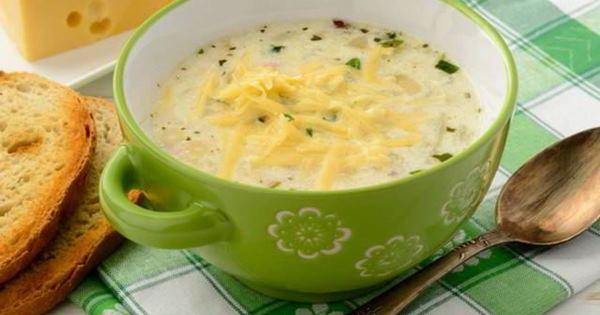картофельный суп-пюре с сыром в тарелке