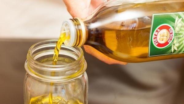 налить оливковое масло