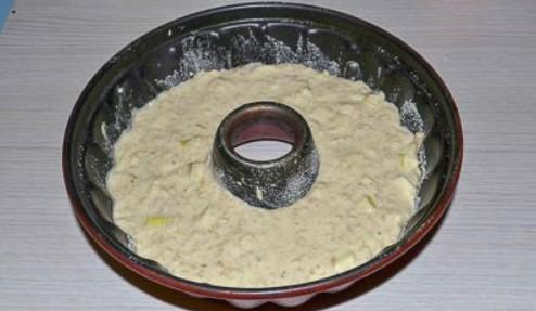 Налить тесто в форму