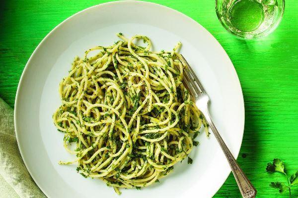 спагетти с чесноком и зеленью на тарелке