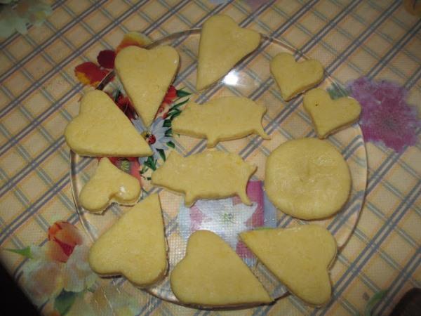 выложить печенье на тарелку