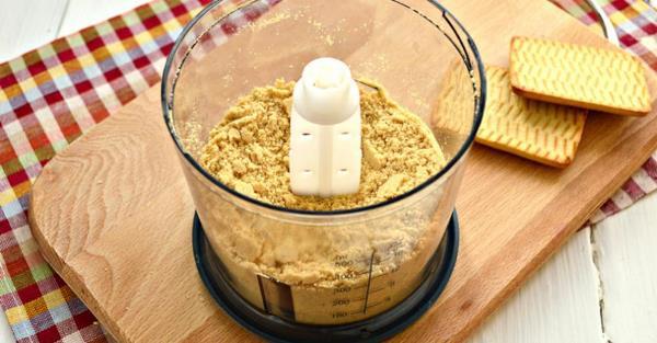 измельчить печенье в блендере