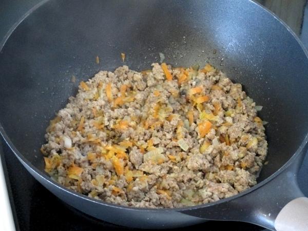 обжарить фарш с луком и морковью