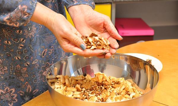 смешать орехи и печенье