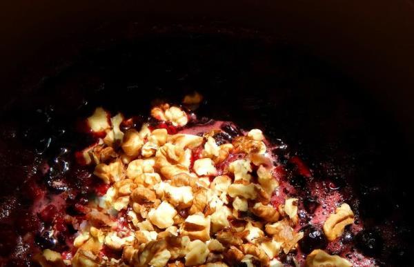 смешать орехи с вареньем