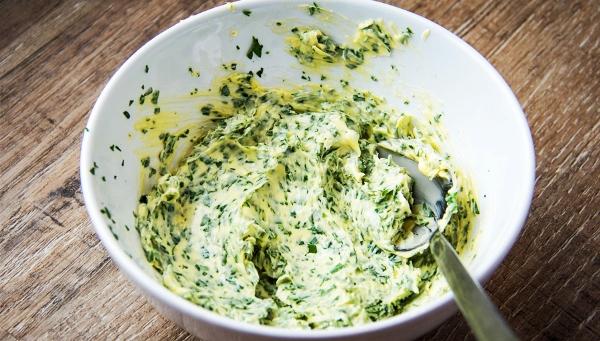смешать сливочное масло с ченоком и зеленью