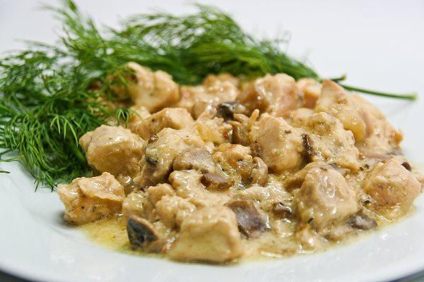 готовая курица с грибами в сливочном соусе
