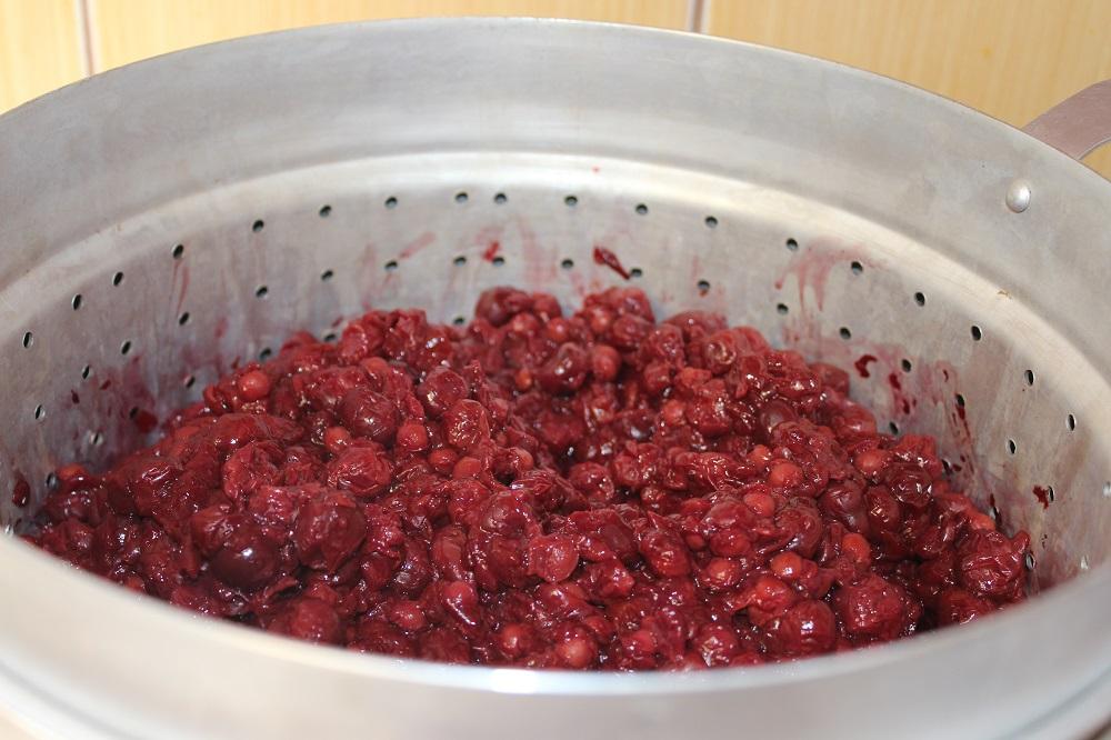 Смешать ягоды в соковарке