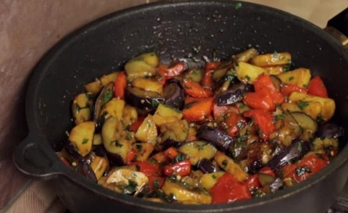 Обжарить баклажаны с перцем и картофелем