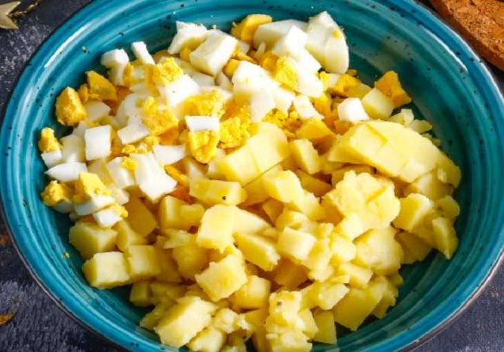 Овощи нарезать на кубики