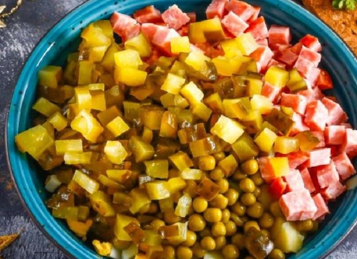 Добавить к овощам колбасу