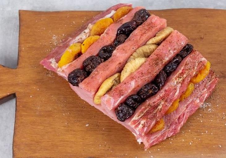Начинить свинину сухофруктами